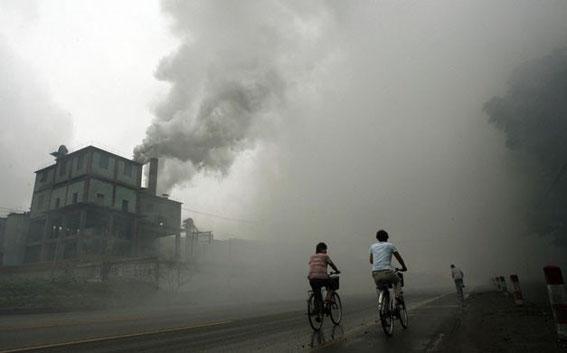 Usine rejettant des fumées noires et toxiques en Chine (Shangai).