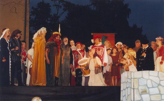 """""""Der Schelm von Bergen""""  Aufführung im Jahre 2005 auf der Freilichtbühne vor der Schelmenburg - bei schlechtem Wetter wird auf die Bühne in der Stadthalle ausgewichen."""