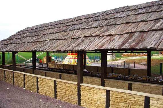 Toiture de la Gare du roller Coaster en voliges de Faux Bois