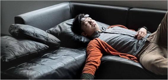 ごろ寝する男性