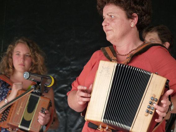 joueuse d'accordéon diatonique