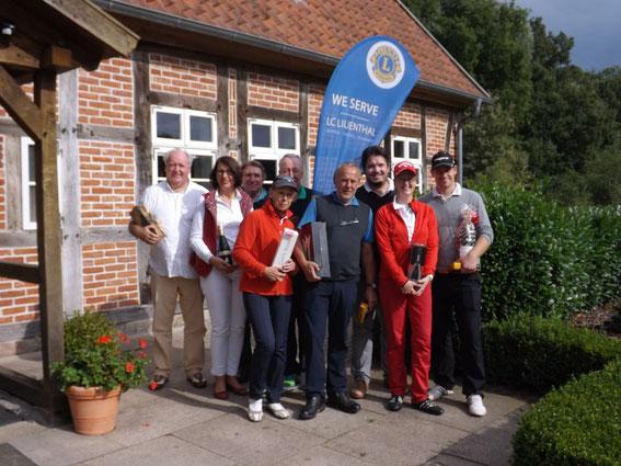 Die strahlenden Gewinner vor dem Clubhaus des Golfclub Lilienthal. 31.08.2014