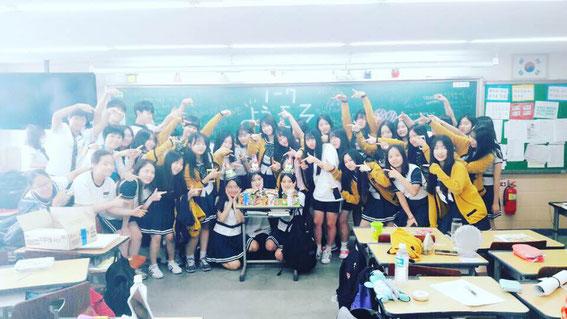 ↑日本からの新留学生を歓迎する韓国の高校生たち(2016年8月)