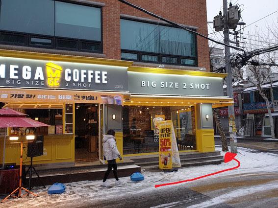 左手にカフェ(MEGA COFFEE)がある道を左折