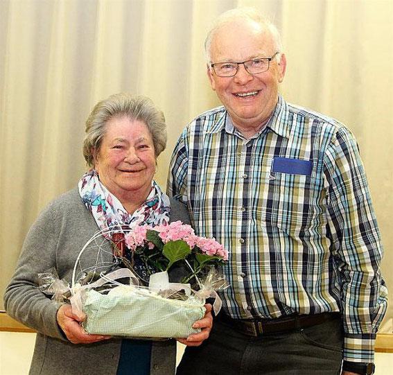 Ehrung - Hilde Gessner - 70 Jahre Mitglied - durch den Vorsitzenden Gerhard Scheller