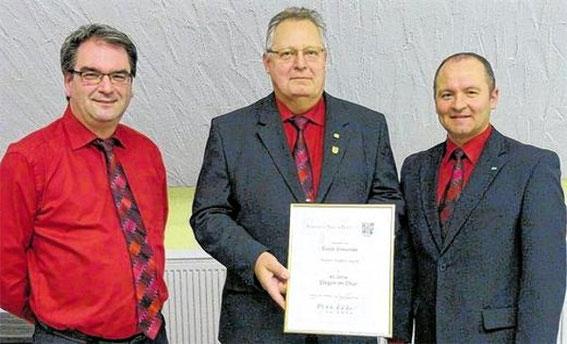 Ehrung Walter Stark (40J) durch Grp.-Chorleiter Stefan Rappelt und 2. Vors. Harald Johanni - 2014