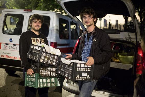 Volontari della Ronda mentre distribuiscono il cibo alla stazione