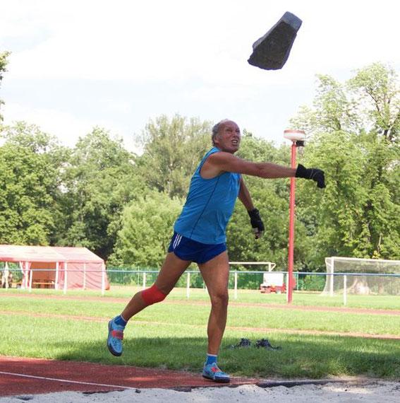 Der Athlet scheute sich auch nicht vor sehr schweren Geräten, mit denen er sehr gut zurechtkam!