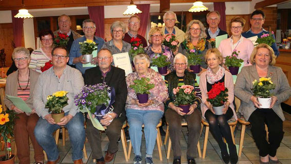 Ein blumiges Dankeschön: Pflanzen gab es für die Geehrten von ihrer Vorsitzenden Gabi Hofstetter (vorne, r.). Foto: Lang