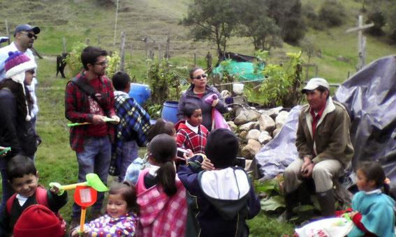 Don Onorio Pulido contando la historia de la escuela.