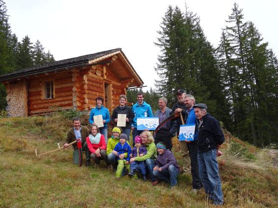 Siegerfoto mit allen Gewinnern: Familien Rolf und Toni Bohren und das Team von der Oltscherenalp