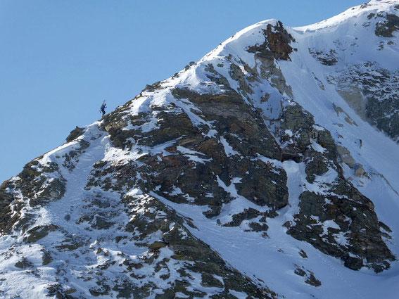 Aufstieg von der Scharte über den teils versichteren Sommersteig auf den breiten Gipfelrücken