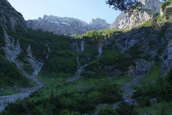 Mehrere Wasserfälle stürzen nach Regenfällen ins baumfreie Kar