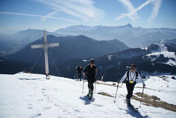 Der Gipfel ist erreicht, der höchste Berg am Horizont ist der Mangart