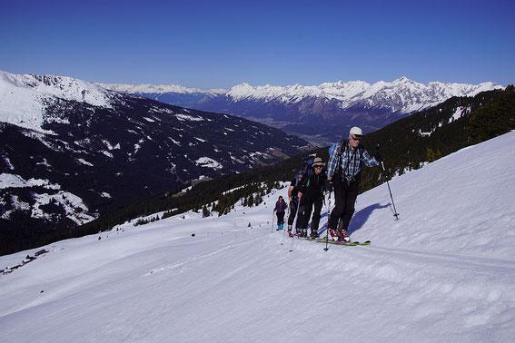 Am Weg zum Gipfel, im Hintergrund das Inntal mit dem Karwendel