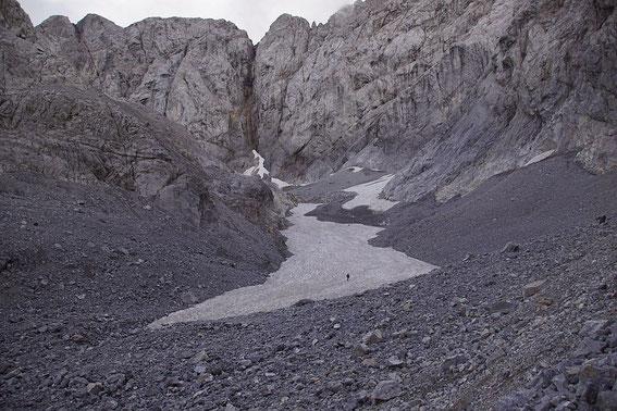 Der Trog mit der Gletscherzunge ist nach dem letzten Jahr wieder gut mit Altschnee gefüllt.