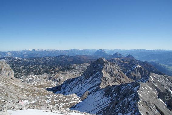 Der herrliche Blick vom Gipfel nach Osten zu Grimming und Co. Der Aufstiegsgart von der Hohen Rams ist im Vordergrund rechts zu erkennen.