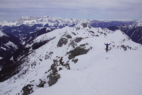 Die letzten Meter am teils sehr schmalen Grat zum Gipfel