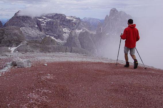 Fantastische Farbgebung, mit Blickrichtung Zwölferkofel (rechts) und im Nebel Elfer und Hochbrunner Schneid