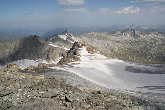 Blick vom SChwarzkopf zum Grubenkarkopf (Vordergrund), der Weg verläuft am linken (westlichen) Gletscherrand