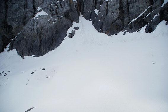 """Am Wandfuß liegt ausgesprochen wenig Schnee. Hier """"fehlen"""" auf einen durchschnittlichen Winter etwa 6m."""