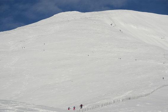 """Auf der Kanzel in 1987m Höhe angekommen wartet die """"endlose"""" Flanke hinauf zum Gipfel"""