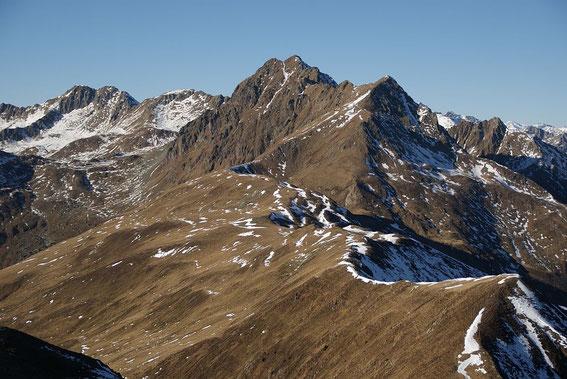 Der Grakofel (rechts der kleine Grakofel), der Abstieg zur Oberen Orteralm verläuft über die sanften Almhänge nach links