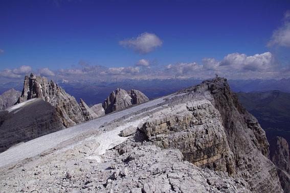 Am Gipfel, links der Elfer, im Hintergrund grüßt der weiße Venediger
