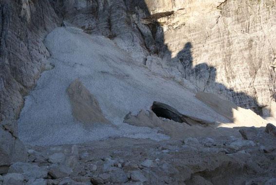 """Der Montasch-Gletscher, hat Ende August 2008 ein großes """"Gletschertor"""""""