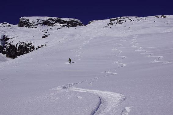 Pulvertraum bei der Abfahrt (links der Haupt- rechts der Wintergipfel)