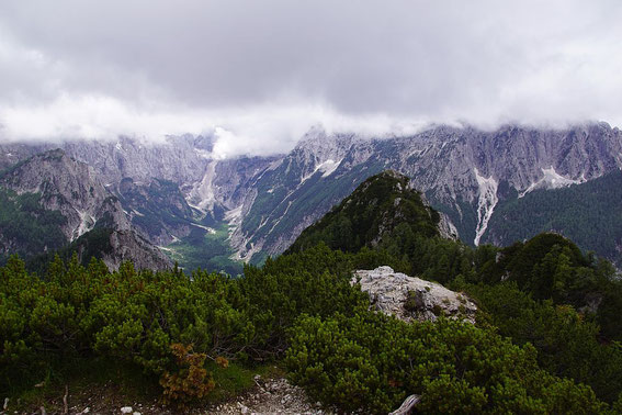Blick vom Ciprnik zum Visoka peč, im Hintergrund das Tamartal