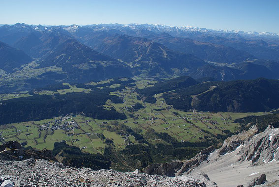 Der Blick hinunter in die Ramsau, im Hintergrund zeigen sich die weißen Gipfel des Tauernhauptkamms