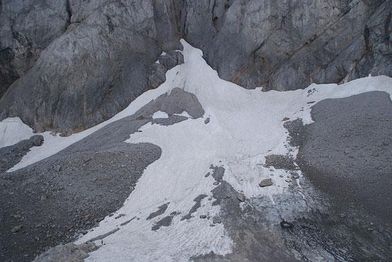 Blick von der mächtigen Moräne zum höchsten Gletscherpunkt am Wandfuß, rechts im Vordergrund ist eine kleine Blankeisstelle zu erkennen