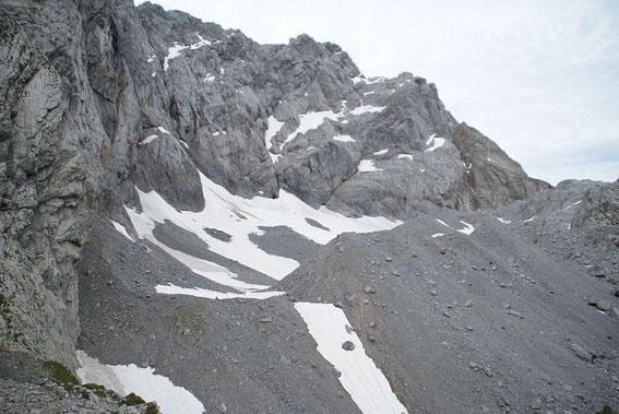 Blick vom Osten ins Eiskar. Bei den dunklen Flächen handelt es sich um Firn vom Vorjahr.