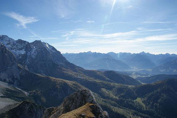 Nach Südosten zu sieht man den Ausgangspunkt, die Dachsteinseilbahntalstation, im Hintergrund sind die Schladminger Tauern zu erkennen.