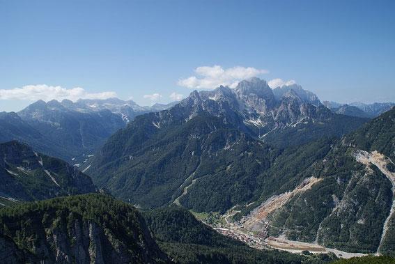 Blick in die Kanin- und Wischberggruppe (rechts), tief im Tal liegt Raibl/ Predil