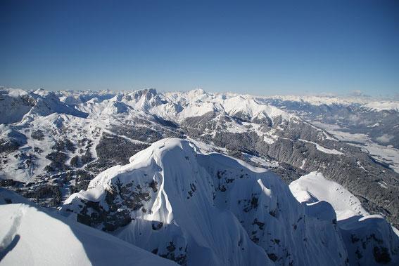 Vom Gipfel öffnet sich nach Westen ein gewaltiges Panorama
