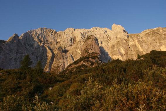 Die Montasch- Nordwand im Morgenlicht, der Aufstieg erfolgt rechts des mittleren Pfeilers