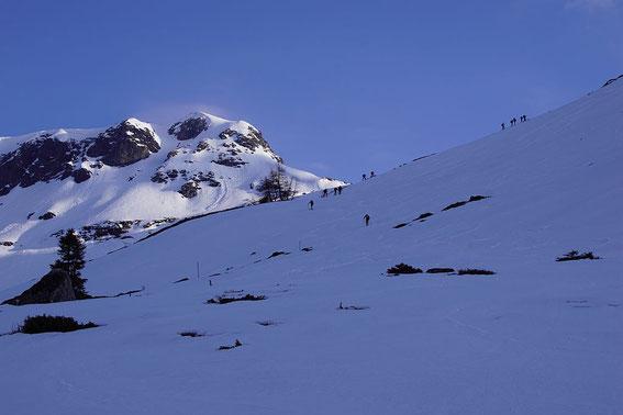 Beim Aufstieg in rund 2100m. Die Gipfelrinne sowie die steile Gipfelflanke sind schön zu erkennen.