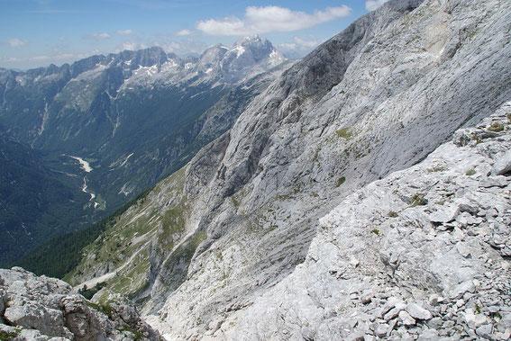 """Abstieg über die """"östliche"""" Variante. Zunächst wild (Bildvordergrund), dann gemütlich (tief unten ist der Wanderweg zu erkennen)"""