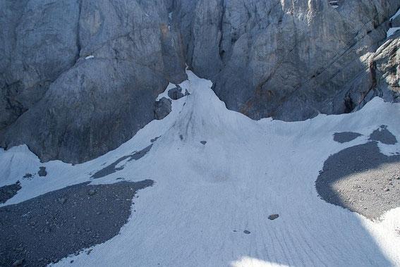 Am Wandfuß lag im September 2012 de facto kein Schnee mehr, dafür ist die Situation in diesem Gletscherteil am 5.8.2013  noch sehr zufriedenstellend