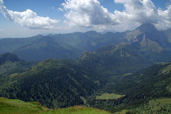 Blick von der Köderhöhe über das Angerbachtal zum Großen Pal (links) dem Freikofel und dem Kleinen Pal (rechts), am rechten Bildrand dominiert der Collin