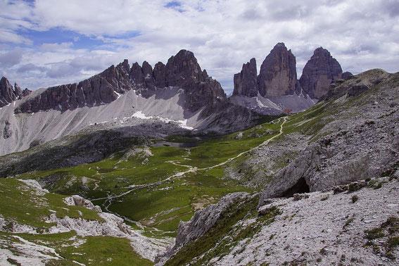Beim Aufstieg knapp nach dem Innichriedl, Blick zurück zu den Drei Zinnen, der gleichnamigen Hütte und zum Paternkofel (links)