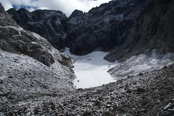 Die Gletscherzunge hat zwar im Vergleich zu den Vorjahren deutlich an Masse verloren, trotzdem liegt hier aber aktuell mehr Eis als noch im Herbst 2007