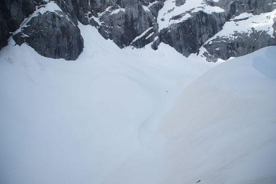 9.6.2013: An den nach Süden geneigten Moränenhängen tritt bereits wieder der Saharastaub zu Tage, am Gletscher selbst liegen aber noch über 30cm Maischnee.