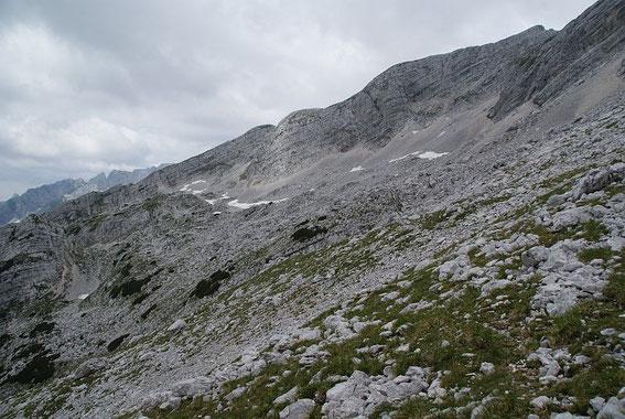 Blick auf den Grat, welcher vom Travnik nach Süden zieht; im Vordergrund eines der zu durchquerenden Kare