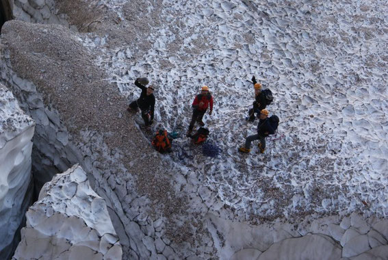 Am Ende der ersten Seillänge verabschieden wir uns von unseren zurückbleibenden Kameraden, sie wählen den Aufstieg über die Via Amalia (versicherter Klettersteig)