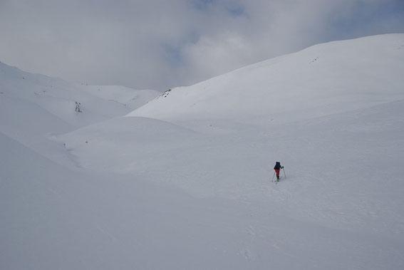 ...geht es über die Weiten der Oberhoferalm; im Hintergrund ist schon die Märchenswand zu erkennen, wo man auf die Aufstiegsspur aus Kalkstein trifft.