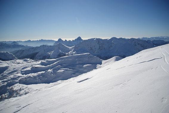 Vom Gipfel der traumhafte Blick nach Süden über die Ringmauer zum Monte Zermula (rechts im Schatten)