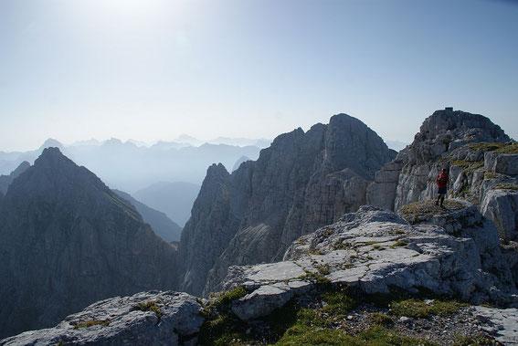 Am Gipfelkamm kurz vor dem Foronon del Buinz (rechts mit Biwak)